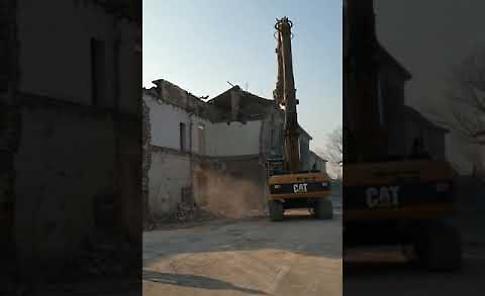 VIDEO Camion nella cascina, lavori di demolizione avanti: rimosso il mezzo pesante