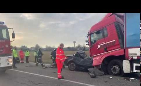 FOTO Auto sotto a un camion, incidente mortale a San Nazzaro (Monticelli)