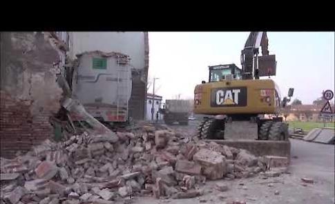 VIDEO La demolizione della cascina sventrata da un camion in via Casalmaggiore