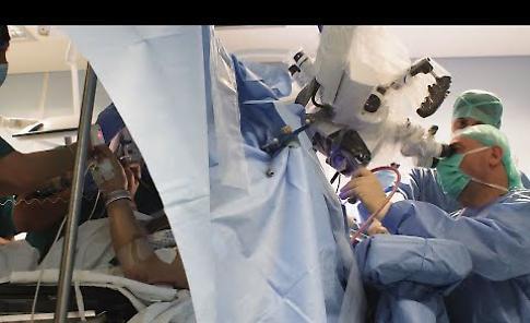 VIDEO Intervento di chirurgia da sveglio a Cremona mentre il paziente dipinge in sala operatoria