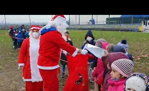 VIDEO In visita alle scuole Babbo e Mamma Natale con gli elfi