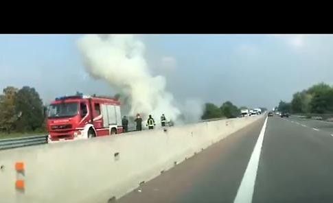 Auto a fuoco sulla Paullese