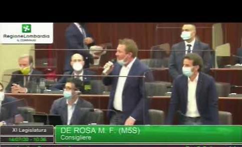 VIDEO M5S Lombardia, blitz in aula con camici