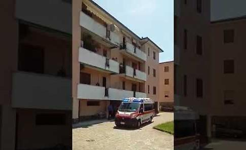 VIDEO I soccorsi all'uomo caduto dal terzo piano