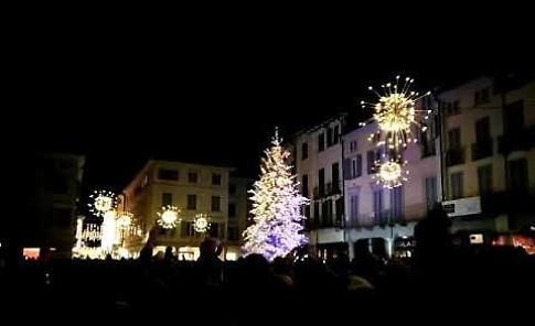 VIDEO Show per l'accensione delle luminarie natalizie a Crema