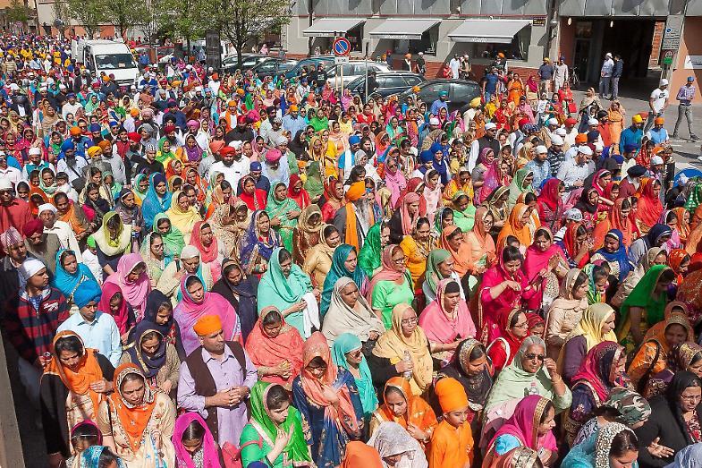 Gli indiani Sikh sfilano per la Festa di primavera - La Provincia 0e3fdb60ffe