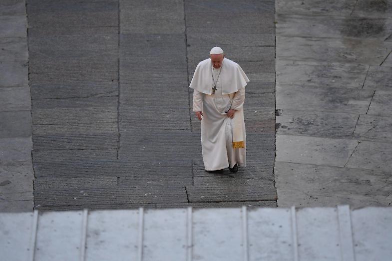 La via Crucis solitaria di Papa Francesco: le immagini più toccanti
