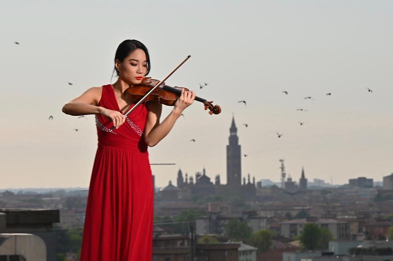 'Audizione a Cremona', il video dell'emozionante esibizione di violino sul tetto dell'ospedale