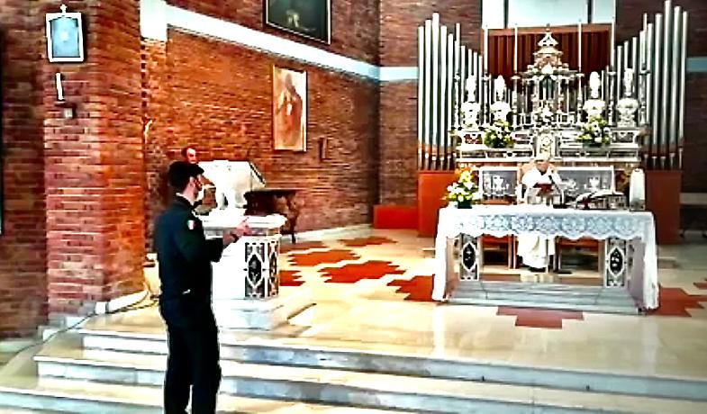 Coronavirus, i carabinieri fermano la messa con i fedeli: prete denunciato