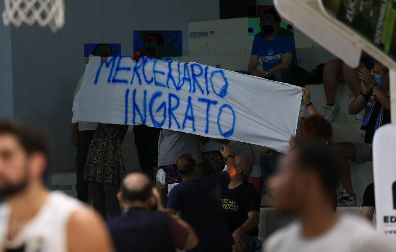 Striscione dei tifosi contro Sacchetti, Vanoli multata