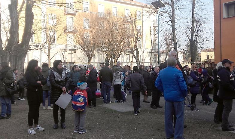 """Protesta alla scuola Bissolati: """"No al parco per i cani"""""""