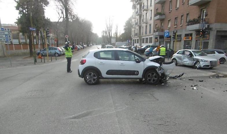Scontro violento al semaforo, due feriti